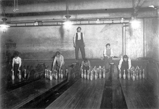 처음 볼링이 나왔을 때 핀을 세우는 일은 10대 청소년 노동자들의 몫이었다. [미국 의회도서관]