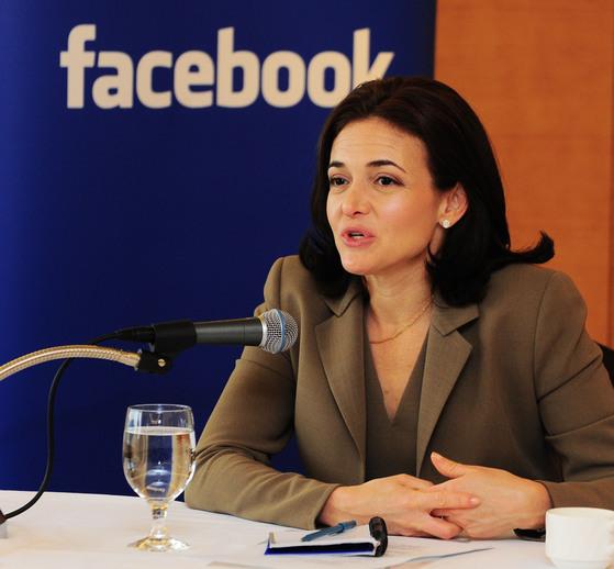 페이스북의 최고 운영 책임자(COO)인 셰릴 샌드버그는 지난 5일(현지시간) 페이스북의 책임을 공식 인정했다 [중앙포토]