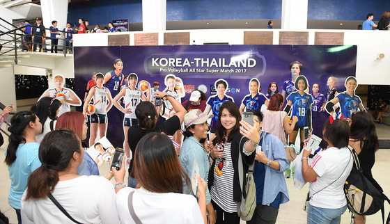 2017 한국-태국 여자배구 올스타전을 보러 온 수많은 태국팬들. [사진 KOVO]