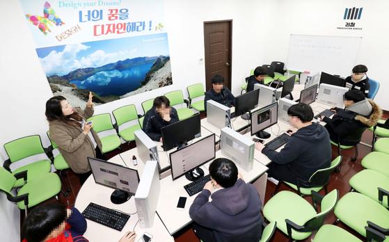 지난 6일 충남 천안시 두정동 나비센터에서 학생들이 컴퓨터 수업을 듣고 있다. 프리랜서 김성태