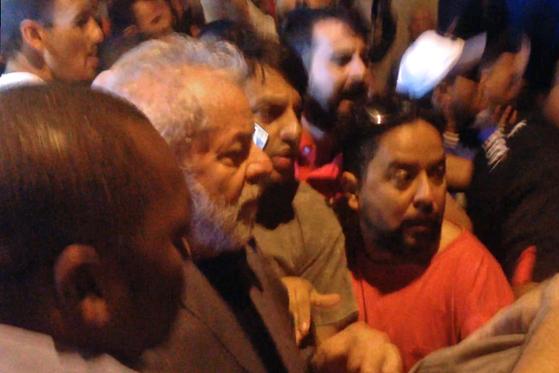 체포 직전, 지지자들에 둘러싸인 룰라 전 대통령. [AFP=연합뉴스]