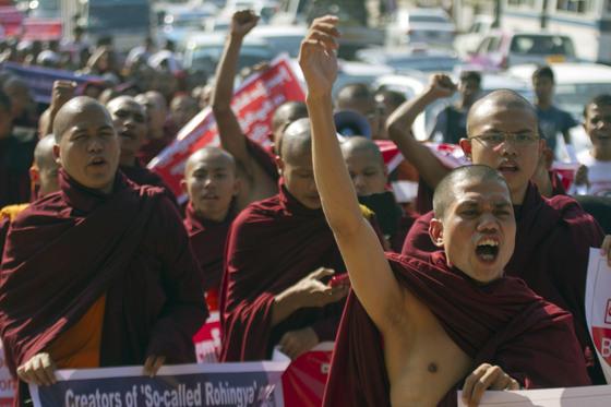 지난 2015년 1월 미얀마의 불교 신자들이 로힝야족의 시민권을 인정하라는 UN의 권고에 대해 항의하고 있다. 가디언에 따르면 미얀마의 우익 불교단체 마바타가 페이스북에 올린 증오관련 게시물은 2017년 자행된 로힝야족 탄압에 영향을 끼쳤다. [AP=연합뉴스]