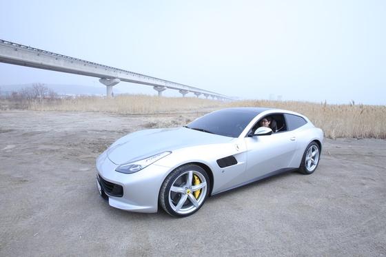 페라리가 가족 운전자를 위한 '페라리 GTC4 루쏘T'를 선보였다. 중앙일보가 성능 테스트를 했다. [문희철 기자]