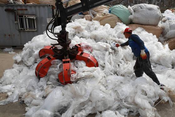 서울의 한 폐비닐 수거 재활용 업체에서 한 작업자가 폐비닐을 압축 작업하고 있다.[연합뉴스]