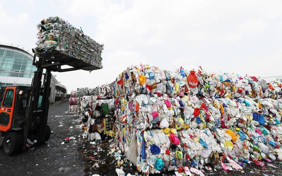 2일 오후 경기도 용인시 재활용센터에서 관계자들이 압축된 플라스틱 등 재활용품을 옮기고 있다. 10일까지도 수도권 일부 공동주택에서는 폐비닐 수거가 제대로 이뤄지지 않고 있다. [연합뉴스]