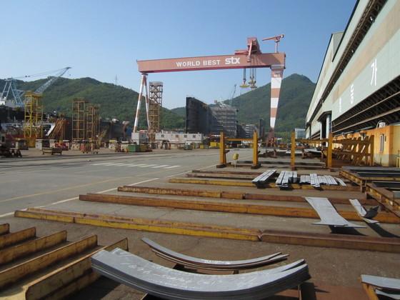 '골리앗 크레인' 주변에 선박 건조용 자재들이 쌓여 있는 STX조선해양 진해조선소.