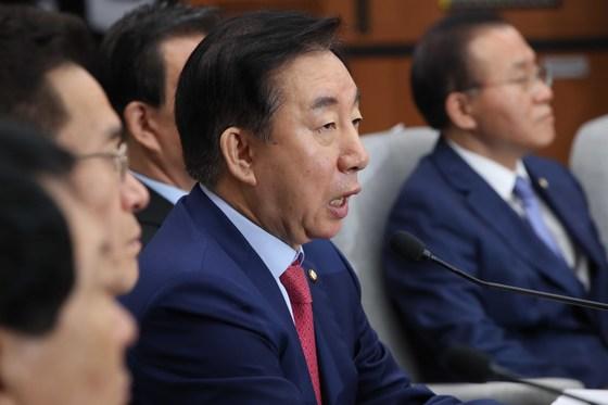 자유한국당 김성태 원내대표가 11일 오전 국회에서 열린 원내대책회의에서 발언하고 있다. 오종택 기자