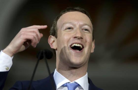 하버드대에서 연설한 마크 저커버그 페이스북 CEO. [사진 AP 연합뉴스]