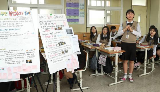 고교 학점제를 시행 중인 인천 신현고등학교의 수업 모습. 학생들이 플립러닝 형식으로 토론식 수업을 하고 있다. 장진영 기자