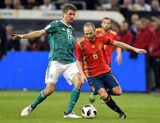 지난달 열린 독일과의 A매치 평가전에 스페인 미드필더로 출전한 이니에스타(오른쪽). [AP=연합뉴스]
