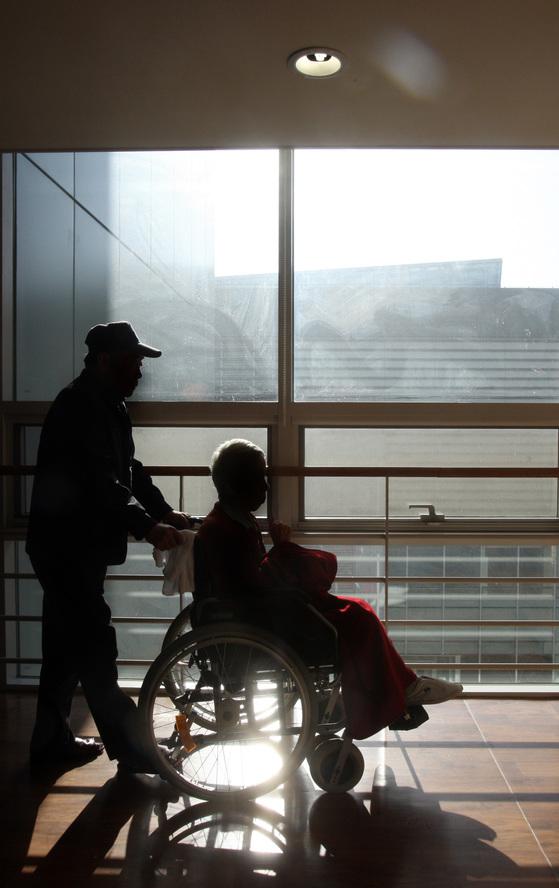 국내 요양원과 요양병원은 선진국의 사례를 보며 지금의 부정적인 이미지를 탈피해야 한다. [중앙포토]