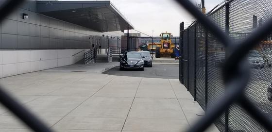 정의용 청와대 국가안보실장을 태우기 위해 워싱턴 덜레스국제공항 별도 제한구역에서 대기하고 있는 주미대사관 차량. 촬영=정효식 워싱턴 특파원