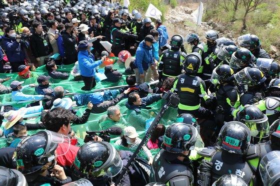 12일 경북 성주군 초전면 소성리 진밭교에서 고고도미사일방어(THAAD·사드) 체계 기지 내 환경개선 공사를 위한 장비 투입을 앞두고 경찰과 사드반대 단체, 주민들이 몸싸움을 하고 있다. [뉴스1]