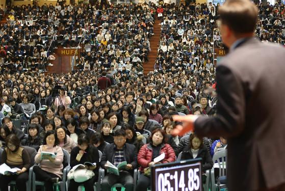 한 사교육업체가 진행하는 대학 입시 설명회에 학생·학부모가 몰려와 자리를 가득 채우고 있다. 신인섭 기자