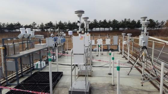 환경부 산하 국립환경과학원이 미세먼지 간이측정기 16개 제품에 대해 성능 평가실험을 하고 있다. [사진 환경부]