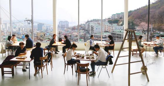 부산 핫 플레이스 초량845의 가정식 식당 소반봄. 창을 통해 부산 구도심 초량동과 부산항대교까지 내려다볼 수 있다.
