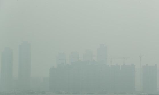 29일 오후 인천시 서구 경인아라뱃길 아라타워 전망대에서 바라본 인천 일대가 뿌옇게 보이고 있다. 이날 기상청은 미세먼지와 더불어 중국발 황사가 북한 상공을 지나면서 우리나라에 영향을 줄 수 있다고 밝혔다. 2018.3.29/뉴스1