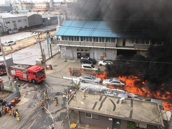 13일 오전 인천 서구 가좌한 한 화학공장에서 불이났다. 다행히 인명피해는 발생하지 않았다. 불은 3시간여 만인 오후 3시30분쯤 진화됐다. [사진 인천소방본부]