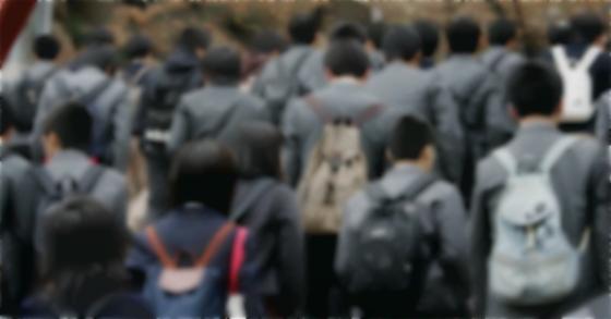 등교하는 청소년들 [중앙포토]