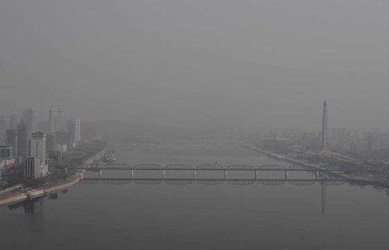 지난해 4월 평양 대동강 양각도 호텔에서 바라본 아침 풍경. 미세먼지(?)로 하늘이 뿌옇다. [중앙포토]