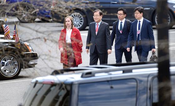 정의용 청와대 국가안보실장(왼쪽 둘째)이 11일 미국 워싱턴을 방문해 백악관 직원의 안내를 받으며 웨스트윙으로 들어가고 있다. [AP=연합뉴스]