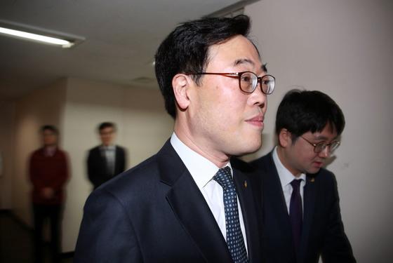 김기식 금감원장이 12일 정부서울청사에서 열린 제3차 임시금융위원회에 참석하고 있다. [연합뉴스]