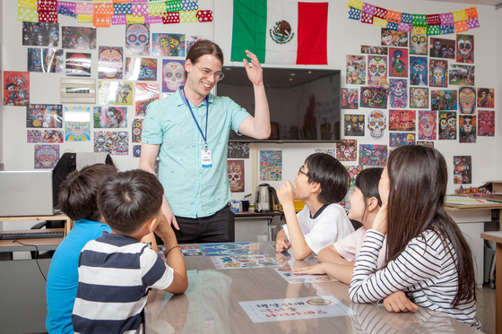 대구 지하철 2호선 범어역사에 있는 대구글로벌스테이션. 초등학생들이 원어민교사에게 세계 문화와 각국의 언어를 배울 수 있다. [사진 대구글로벌스테이션]