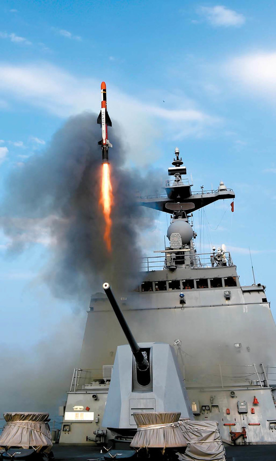 적 연안 근접 표적 및 지상 주요 전술 표적을 타격하는 LIG넥스원의 '전술함대지유도탄' 발사 장면.