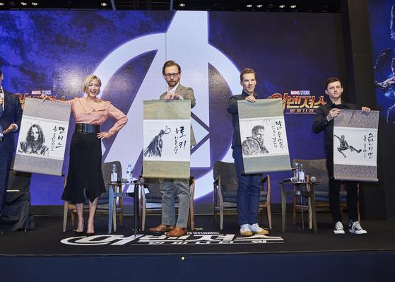 왼쪽부터 폼 클레멘티에프, 톰 히들스턴, 베네딕트 컴버배치, 톰 홀랜드. 각자의 캐릭터가 그려진 한국화 족자를 들고있다. [사진 월트디즈니 컴퍼니 코리아]