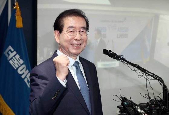박원순 서울시장이 12일 서울 여의도 더불어민주당 당사에서 서울시장 후보 경선 출마 회견을 한 뒤 주먹을 들어보이고 있다.