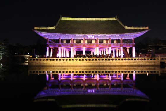 4월 29일부터 일주일간 매일 오후 8시 야간 음악회가 열리는 경복궁 경회루. [사진 문화재청]