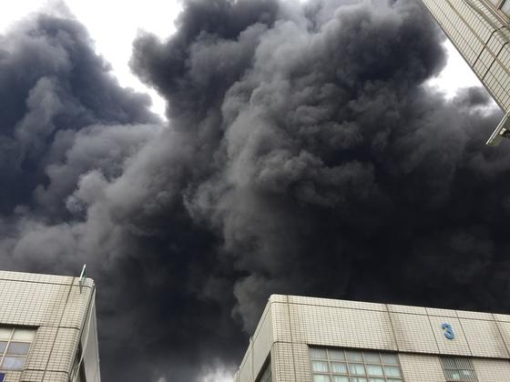 13일 오전 11시 47분쯤 인천시 서구 가좌동 한 화학 공장에서 화재가 발생해 소방당국이 진화에 나섰다. [사진 독자 장현호씨 제공]