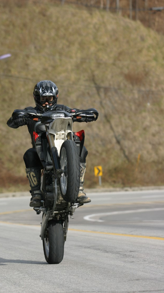 """모터사이클과 자동차의 차이점이 무엇이냐고 물어보면 대부분 """"모터사이클 바퀴가 두 개?"""" 정도의 대답에서 말문이 막힌다. 그렇다면 모터사이클의 구체적인 특징은 무엇일까? [사진 현종화]"""