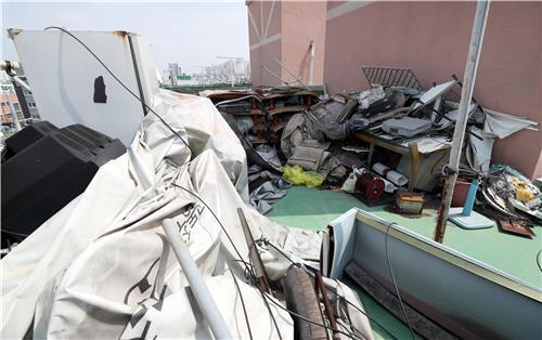지난 12일 오전 인천시 남구 주안동의 한 빌라 옥상에 쓰레기가 가득 차 있다 [연합뉴스]