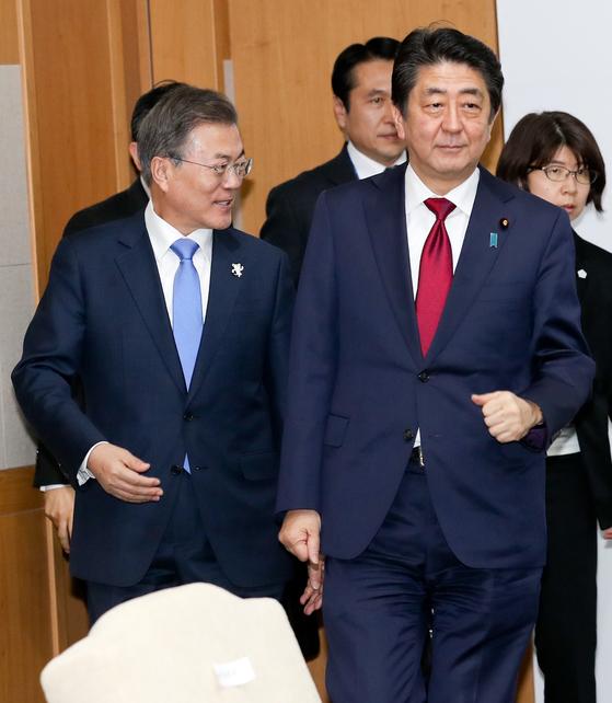 문재인 대통령(왼쪽)이 지난 2월 9일 평창 블리스 힐 스테이트에서 평창올림픽 개막식 참가차 방한한 아베신조 일본 총리와 정상회담을 하기 위해 입장하고 있다. [청와대사진기자단]