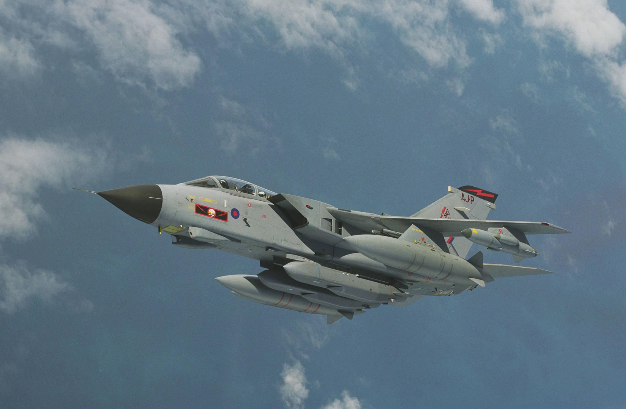 영국 토네이토 GR4 전투기와 스톰 섀도 미사일 [사진 Wikimedia Commons]