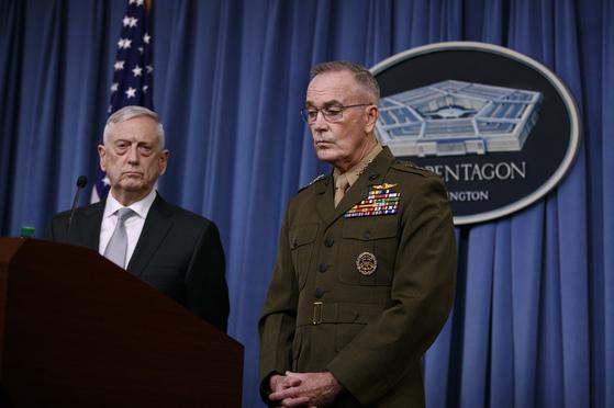 13일(현지시각) 매티스 미 국방장관과 던포드 합참의장이 미국 국방성에서 브리핑을 하고 있다.[AP=연합뉴스]