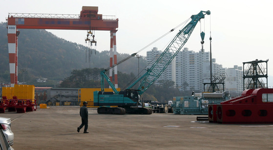 경남 거제의 한 산업단지 안 대형 크레인 주변의 모습. [중앙포토]