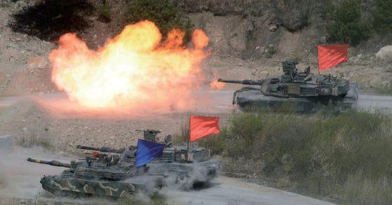 지난해 4월 실시된 통합 화력 격멸훈련에서 주한미군 M1전차가 화력을 뿜어내고 있다. [중앙포토]