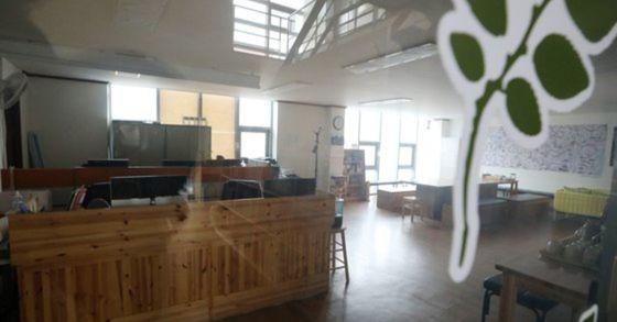 14일 오후 인터넷 포털에서 문재인정부 비방 댓글을 쓰고 추천 수를 조작한 혐의로 구속된 더불어민주당 당원 3명이 근무했던 경기도 파주의 한 출판사무실 문이 굳게 닫혀 있다. [뉴스1]