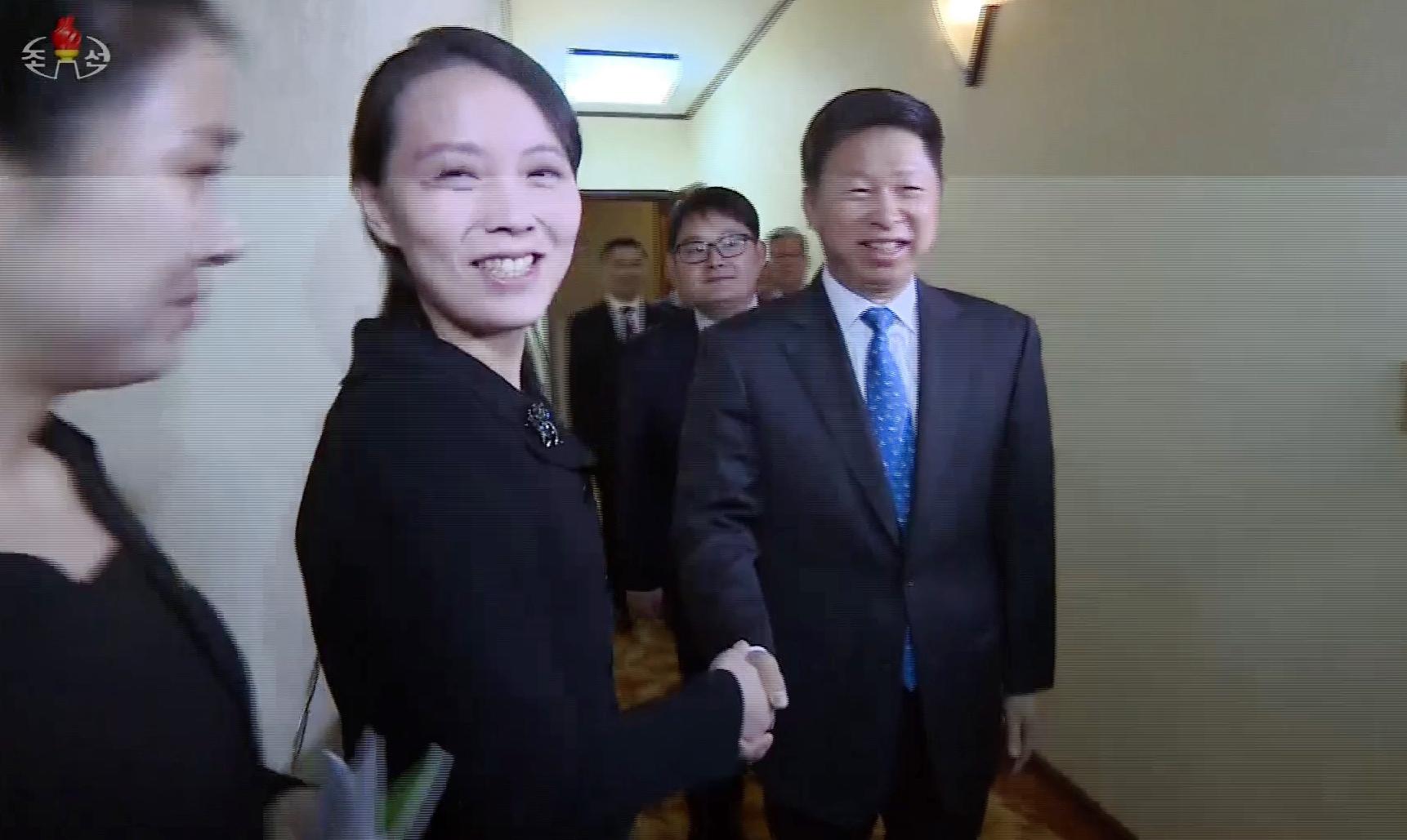 북한 조선중앙TV가 14일 방영한 영상에서 김여정 북한 노동당 제1부부장이 전날 중국 예술단의 숙소를 찾아 쑹타오(宋濤) 중국 공산당 대외연락부장과 악수하고 있다. [연합뉴스]