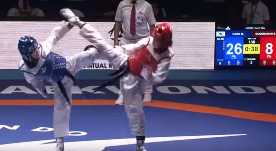 여자 42kg 결승에서 강미르(성주여중)가 고그바칸 에미네(터키)를 몰아붙이고 있다. [유튜브 캡처]