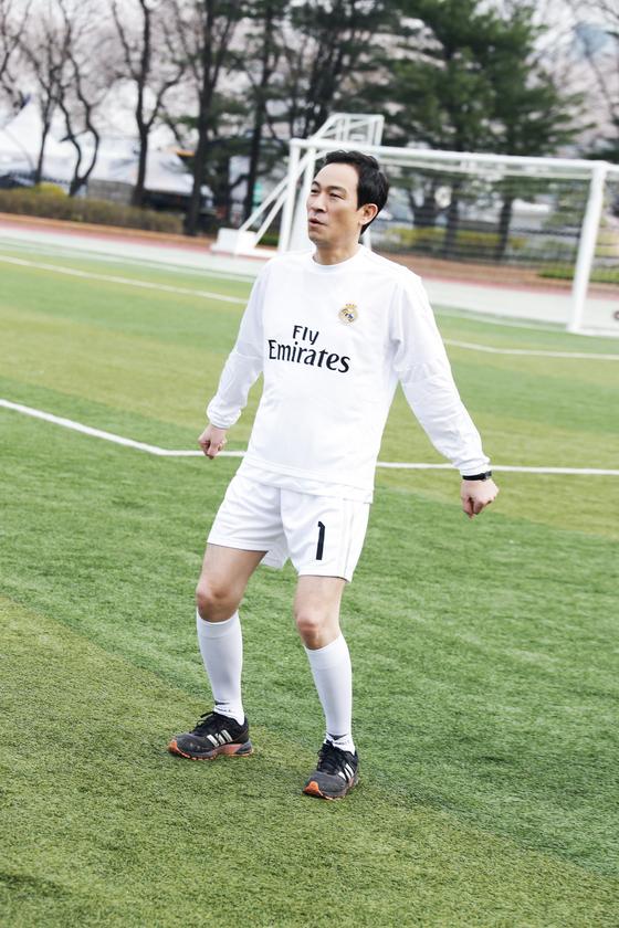 홍보영상 촬영차 축구복 차림으로 그라운드에 선 우상호 의원 [우상호 의원실 제공]