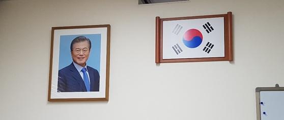 청와대에 12일 문재인 대통령의 새로운 사진이 태극기와 함께 걸려 있다. 위문희 기자