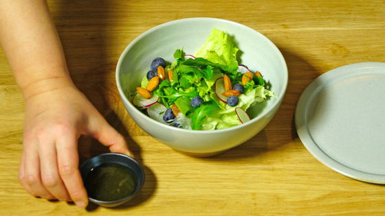 드레싱은 종지에 담고, 샐러드를 덜어먹을 개인 접시를 함께 낸다.