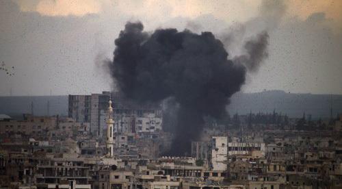 지난달 미사일 공격으로 연기가 피어오르는 시리아 남부 다라. [AFP=연합뉴스 자료사진]