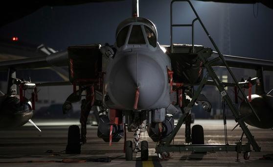 영국 공군의 토네이도 폭격기가 14일 2기의 미사일(storm shadow)을 장작하고 지중해 아크로티리 기지에 대기하고 있다. 네 대의 토네이도가 작전에 참가해 홈즈 서쪽 24km지점에 위치한 시리아 화학무기 시설에 미사일을 발사했다. [AFP 연합뉴스]