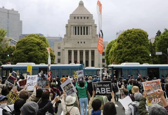 지난 14일 도쿄 나가타초 국회의사당 앞에서 아베 정권 퇴진을 요구하는 집회가 열려 3만명 넘는 참석자가 몰리자, 경찰 차벽이 등장했다.[EPA=연합뉴스]