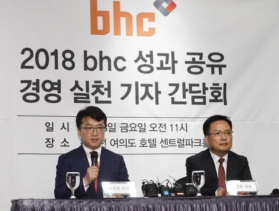 박현종 (왼쪽) bhc 회장과 임금옥 대표가 지난 13일 서울 여의도 켄싱턴호텔에서 기자회견을 열고 있다. [사진 bhc]