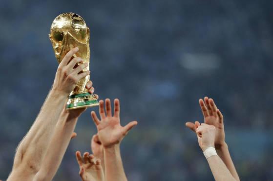 2014년 브라질에서 열린 월드컵에서 우승컵을 거머쥔 독일 선수들 [AP=연합뉴스]